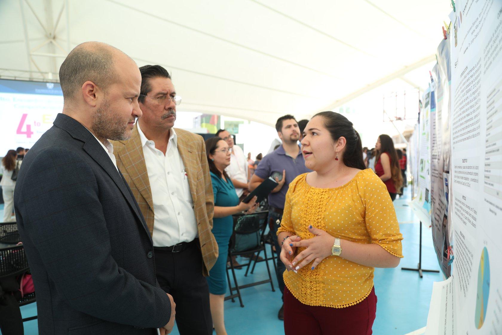 Luis León Dávila, Secretario Administrativo y José Salazar Estrada, Director de la División de Estudios de la Salud, en revisión de proyecto