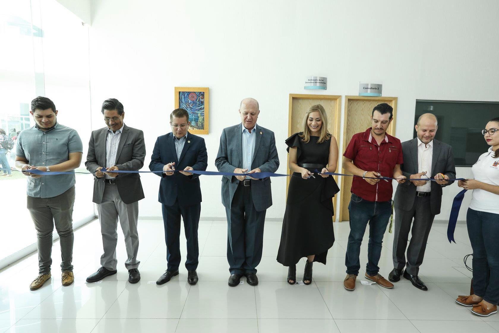 Corte de listón oficina de la Defensoría de Derechos Universitarios en la región Valles