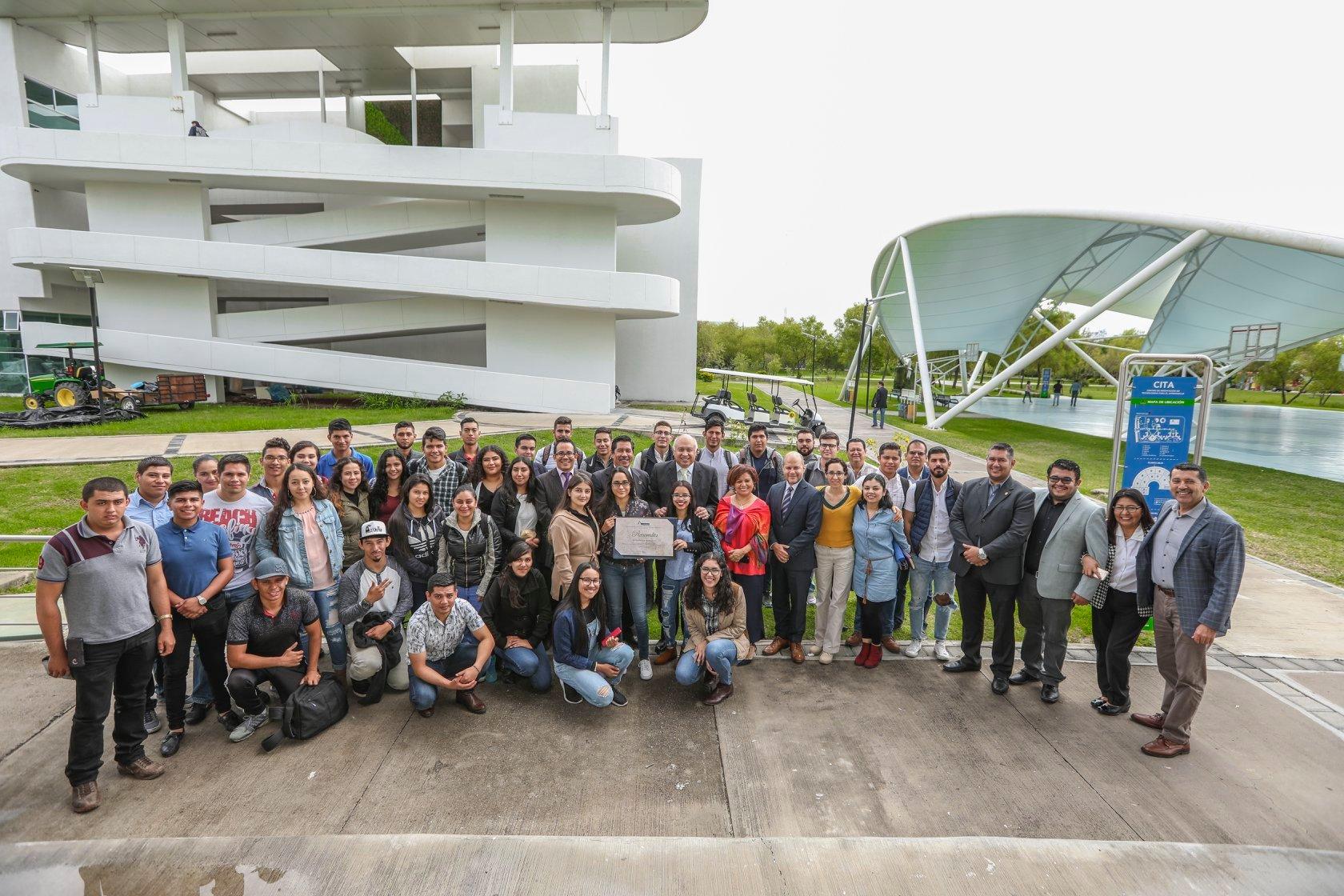 Estudiantes de Agronegocios y Directivos del CUValles posan con el reconocimiento entregado por COMEAA
